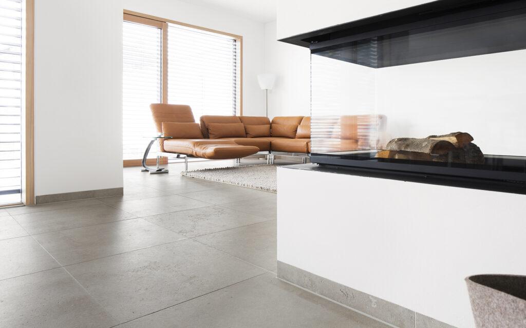 Der beige-braune Kalkstein entfaltet sich ideal im Rahmen moderner Architektur und lässt sich perfekt mit geräucherter und gekalkter Eiche kombinieren. Der Stein kann Innen wie Außen eingesetzt werden.